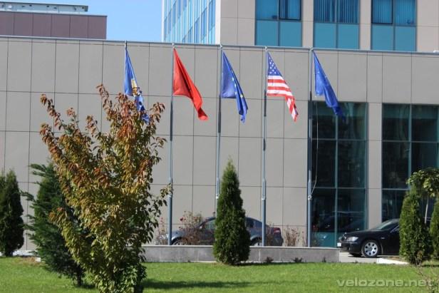 Obowiązkowy zestaw flag w Kosowie