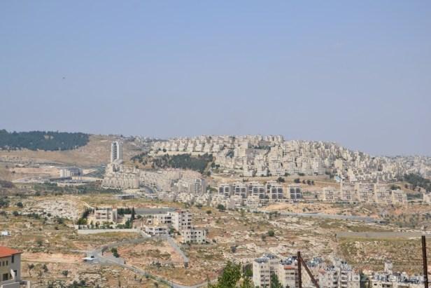 Przedmieścia Betlejem z widocznym osiedlem osadników izraelskich.