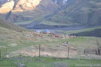 Jeden z kilkunastu cmentarzy leżących dokoła wioski.