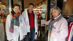 Poseren voor een winkel in de Hoofdstraat in Santpoort-Noord
