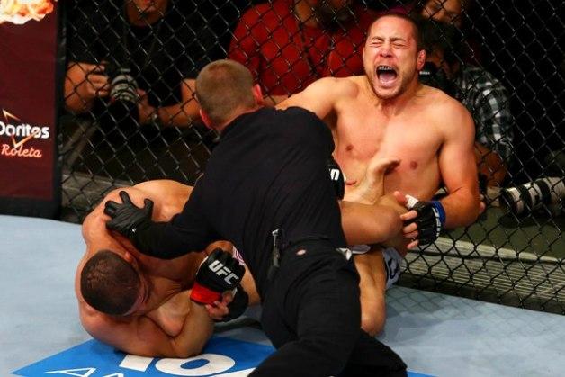 Os lutadores Rousimar Palhares (vermelho) e Mike Pierce (Azul) da categoria peso meio-médio, durante combate válido pelo UFC Fight Night, no Ginásio José Corrêa, Barueri - SP - Foto: Wagner Carmo