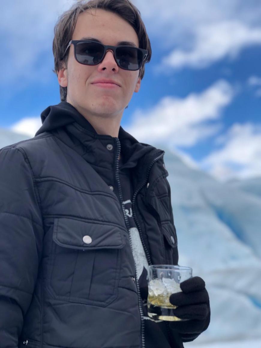 João feliz com o primeiro whisky