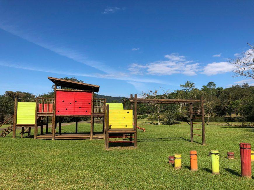 estrutura de madeira para as criancas brincarem