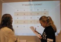 Powerpoint-pohjalla pelattavassa sananarvauspelissä muisteltiin alkukirjainten taakse kätkeytyviä sanoja