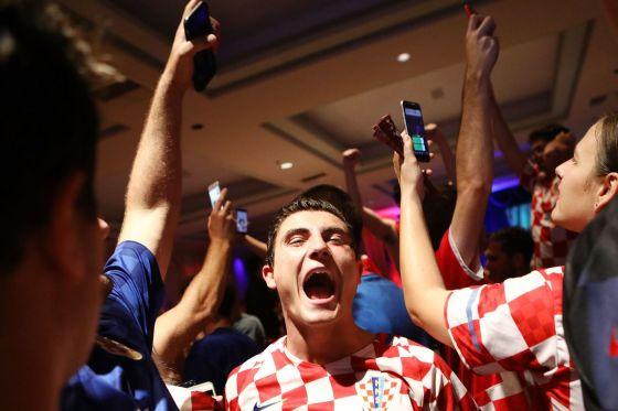 Fanáticos de Croacia después de que Croacia derrotara a Inglaterra en las semifinales
