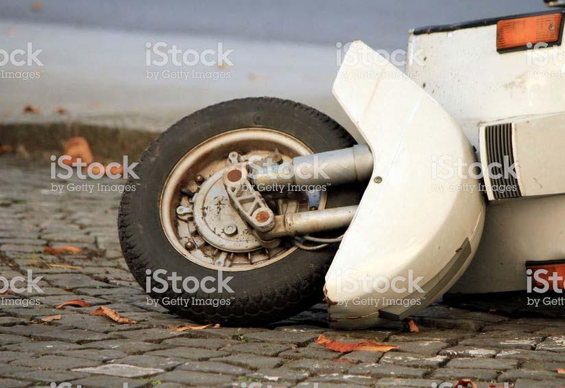 Scooter tombé dans la rue | Vendre ses Photos en Ligne