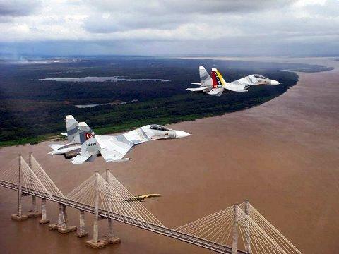 Des chasseurs russes Sukhoi de la force aérienne vénézuélienne survolent l'Orénoque