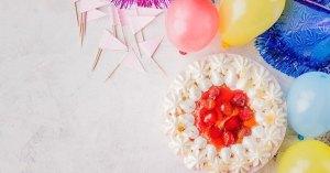 ピンクのケーキとパーティ飾り