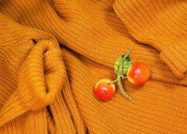 オレンジのリブニットとさくらんぼ
