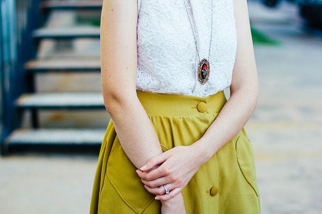 白ブラウス黄色スカートの女性