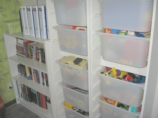 プラスチックの棚とおもちゃ