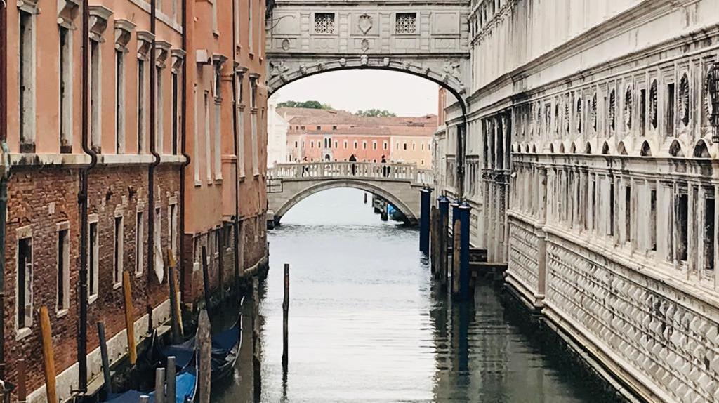 Venezia: ponte dei Sospiri. Palazzo Ducale e la fuga dai Piombi. Le evasioni di Giacomo Casanova e Ludovico De Luigi: svedutistsa visionario.