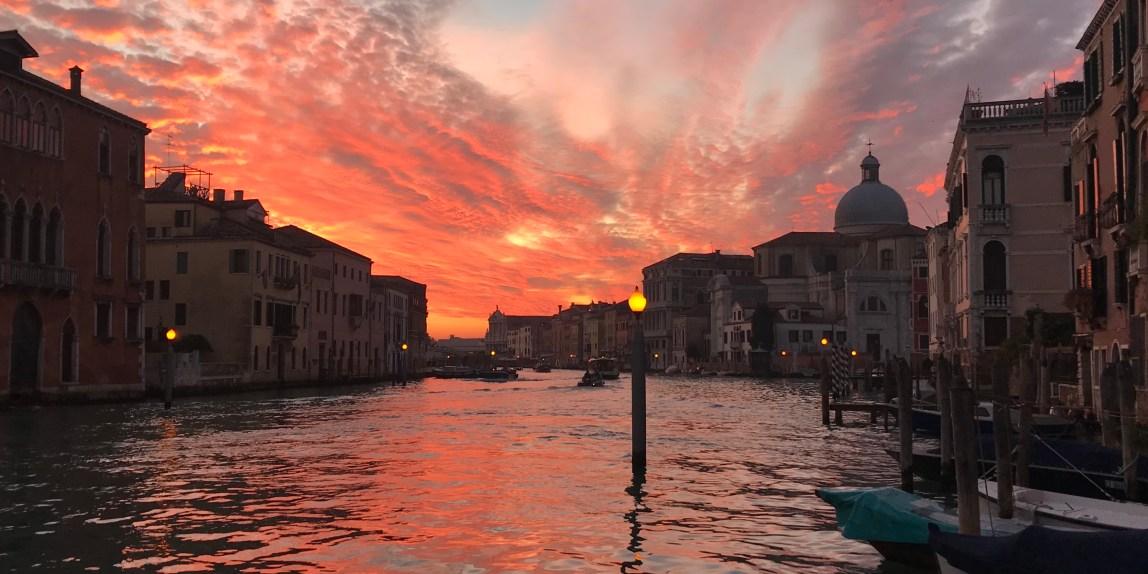 Venezia indicibile città con i suoi tramonti. Mi trovo alla fermata del vaporetto di San Marcuola ed è subito magia ed emozione.