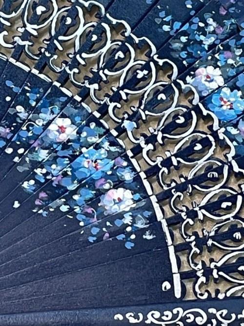 dettaglio legno intagliato ventaglio barcellona blu