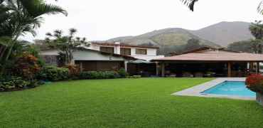 Bella Casa por Country Club Rinconada en Venta