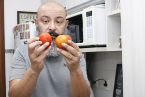 homem-escolhe tomate-arancini