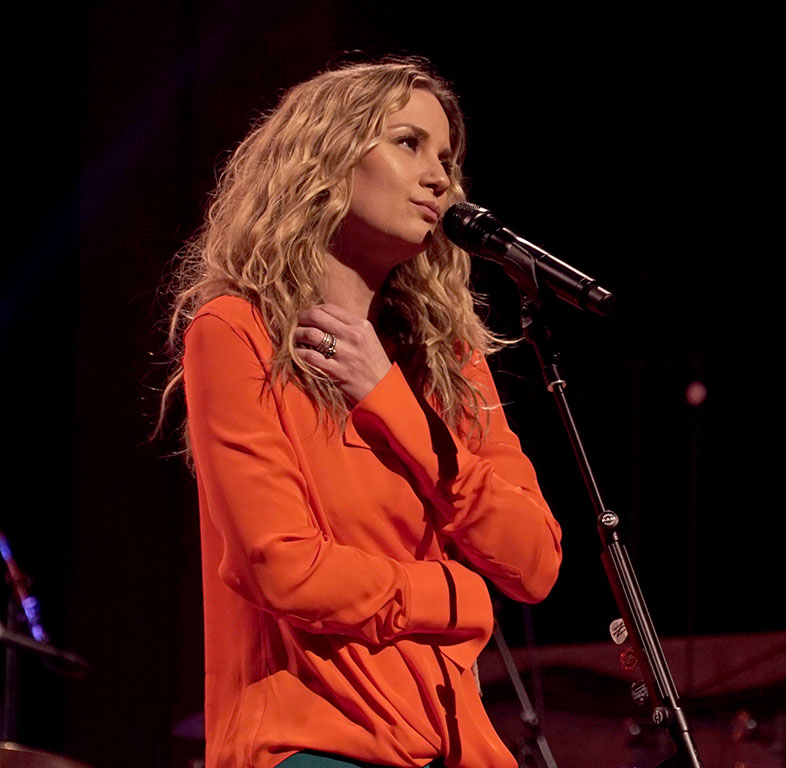Deck the Halls with Jennifer Nettles in an All-New Christmas Concert ...