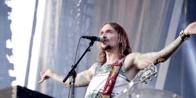 The Darkness release official video for new single 'Heart Explodes'