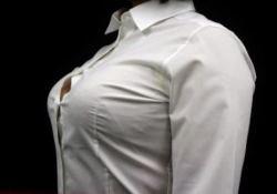 バストが大きすぎてブラウスのボタンが弾けそうな女性