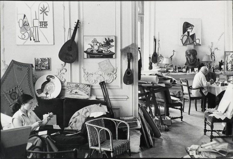 """""""Picasso decorando cerámica y Jacqueline reuniendo recortes para su álbum"""", David Douglas Duncan, 1957."""