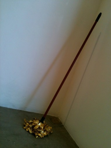 Mop, Gold leaf 23.75 K, Stuc-bol, concret, metal base, epoxy resin