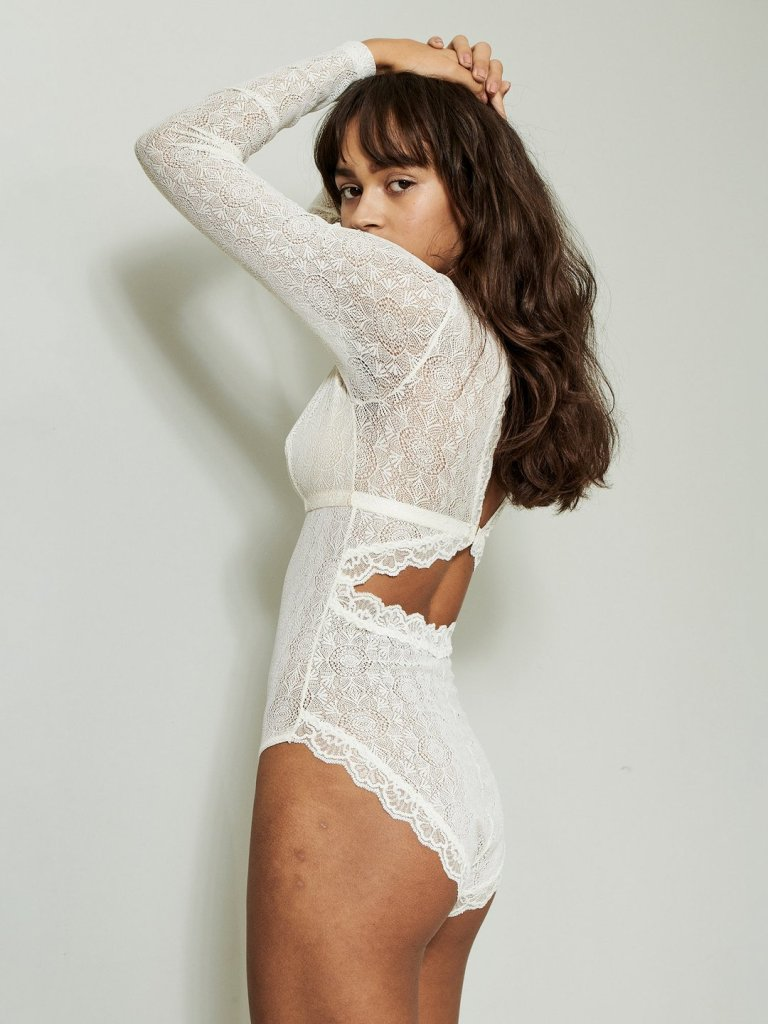 Woman wearing a beautyfull white lace bodysuit from Underprotetion brand