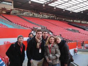 Polaznici skole A2Z na Old Trafford stadionu fudbalskog kluba Manchester United