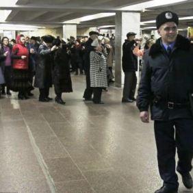 Disko penzioneri na stanici metroa u Ukrajini