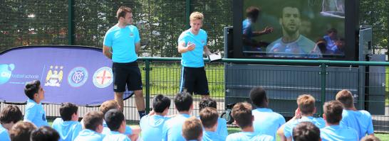 interaktivna-nastava-i-ucenje-engleskog-u-ucionici-i-na-terenu-skola-fudbala-manchester-city