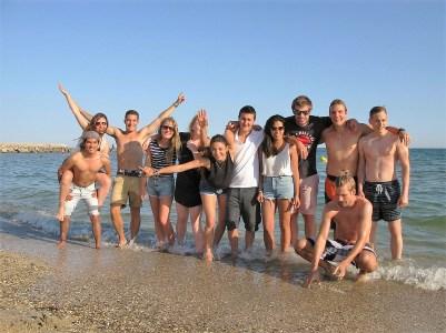 Polaznici jezicke mreze na plazi, kurs francuskog u Monpeljeu