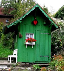 Kleines Gartenhaus in passendem Grün