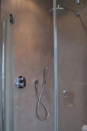 Badkamer, woonhuis Oirschot. VERBAU-betonstuc #06, lichte rivierklei.