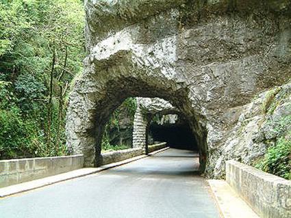 Vejene er blevet hugget direkte ind i klipperne, for eksempel les Grands Goulets og Comb Laval.