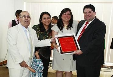 Los pastores Manuel y Fanny Noriega recibieron un reconocimiento por su participación en el aniversario