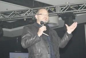 Marcos Witt es otro de los destacados conferencistas en esta masiva convocatoria juvenil / VyV