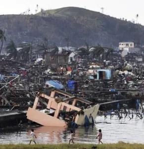 El mar se ha llevado por delante casas, vehículos y ha sumergido bajo sus aguas a decenas de miles de personas / EFE