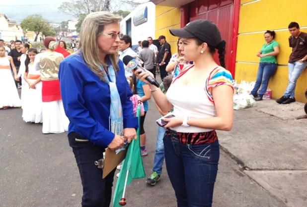 La pastora Judith de Mora mientras explicaba a la prensa esta manera de clamar por la paz de Venezuela