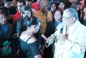 Apóstol Reyes ministrando sanidad
