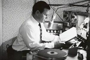 """Paúl Finkenbinder en su pequeño estudio mientras grababa """"Un mensaje a la conciencia"""", en 1960 / AEHP"""
