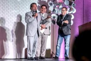 De izq. a der.. Pastores Alberto Delgado, Luis Díaz-Pabón y el cantante Danny Berríos durante los Premios Águila / EMC