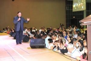 El evangelista Alberto Mottesi ministrando durante su plenaria / VyV