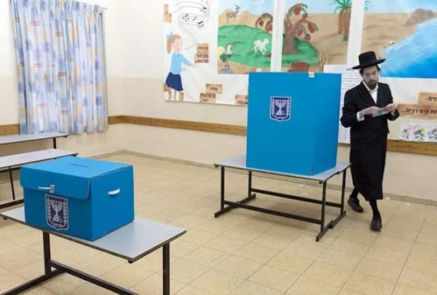 Un ciudadano ultra-ortodoxo judío ejerce su derecho al voto en un colegio electoral de Tel Aviv / EFE