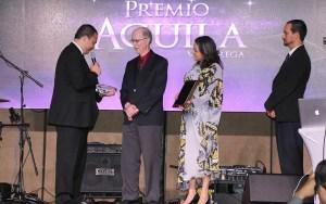 El comunicador Stanley Jeter (segundo de izq. a der.) recibiendo el Premio Águila como personalidad más destacada en las comunicaciones cristianas de América Latina.