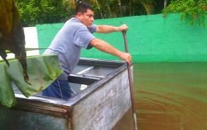 El cantante cristiano José Hernández, viaja en su canoa improvisada para rescatar personas, enseres y ayudar al más necesitado / Cortesía José Hernández