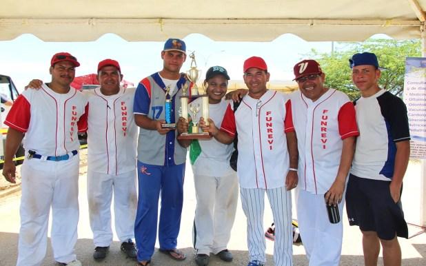 El equipo de softbol de Funrevi al momento de recibir el trofeo como campeón del intercambio deportivo / VyV
