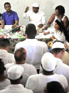 """El sacerdote """"babalao"""" cubano Lázaro Cuesta (c) habla con la prensa durante la presentación de la Letra del Año, predicciones para el 2014, en La Habana (Cuba), tras una ceremonia realizada el 31 de diciembre de 2013 donde se reunieron todos los babalaos para determinar dicha letra / EFE"""