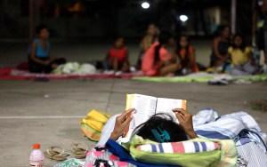 Una mujer afectada por el sismo busca refugio en Dios al leer su Biblia / EFE
