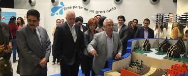 Eduardo Santana explica a los invitados especiales la exposición ¡Sumérgete!. Foto: Sergio Hernández Márquez