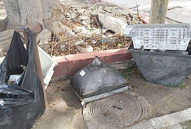 Televisores análogos desechados en la calle, en Guadalajara. Foto: Cortesía de Gerardo Bernache