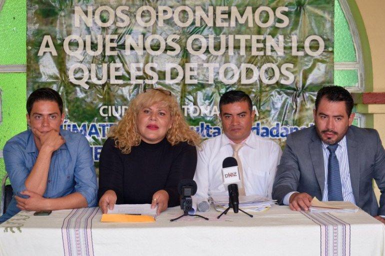 Voceros de la Comisión Ciudadana Defendamos el Cerro de la Reina, en compañía del abogado Carlos Alberto Vázquez, ofrecieron una rueda de prensa. Foto: Arturo Guzmán/Proyecto Diez